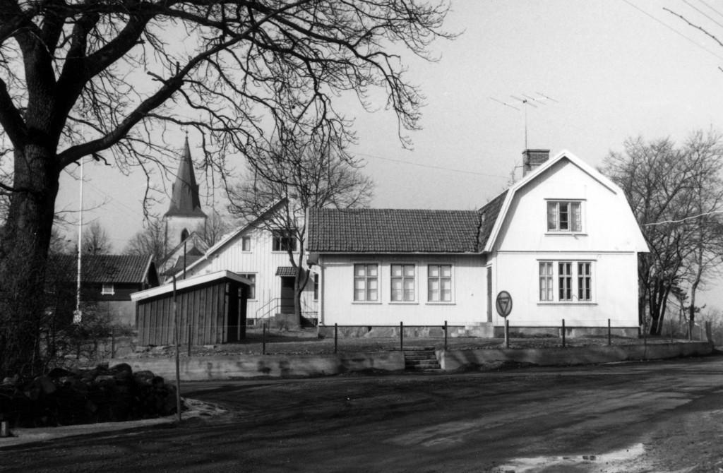Longs f d småskola byggd 1897. B-skola med klass 1 och 2. Lades ner år 1960